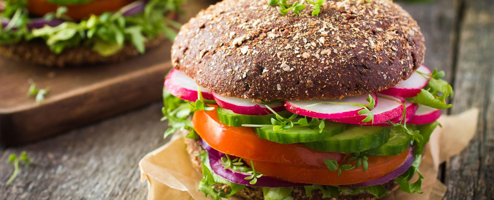 Mangelerscheinungen von veganer Ernährung - Assoziationsfoto veganer Burger