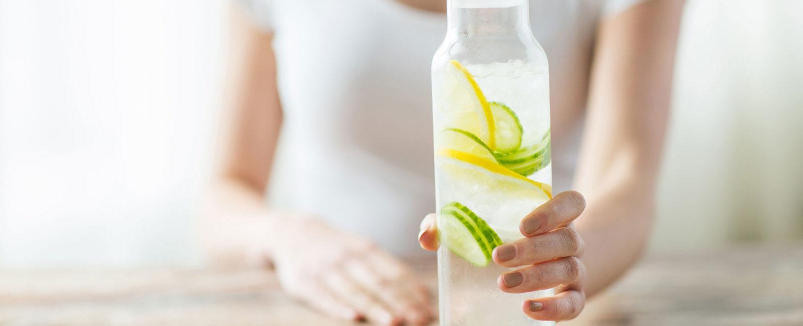 Foto Frau mit Detox-Wasser-Cocktail Entschlackungskur