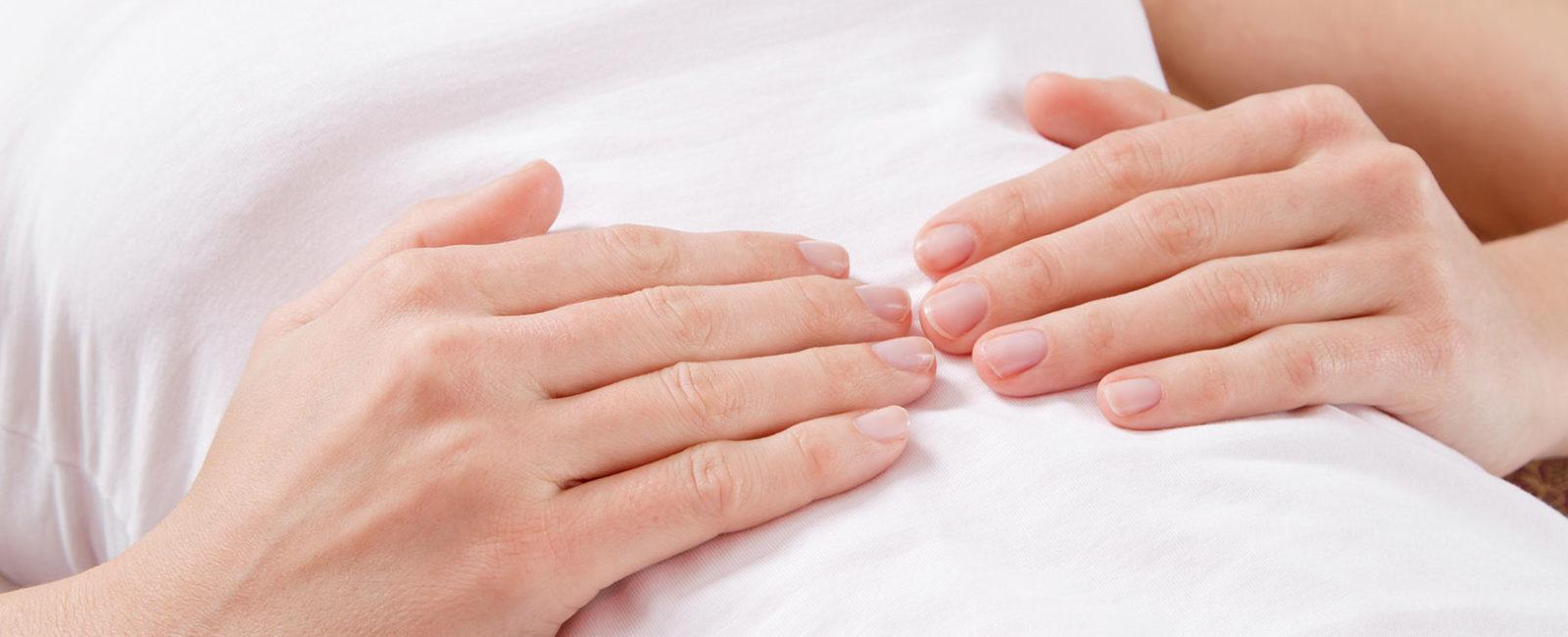 Darmgeräusche Assoziationsbild Hände auf Bauch