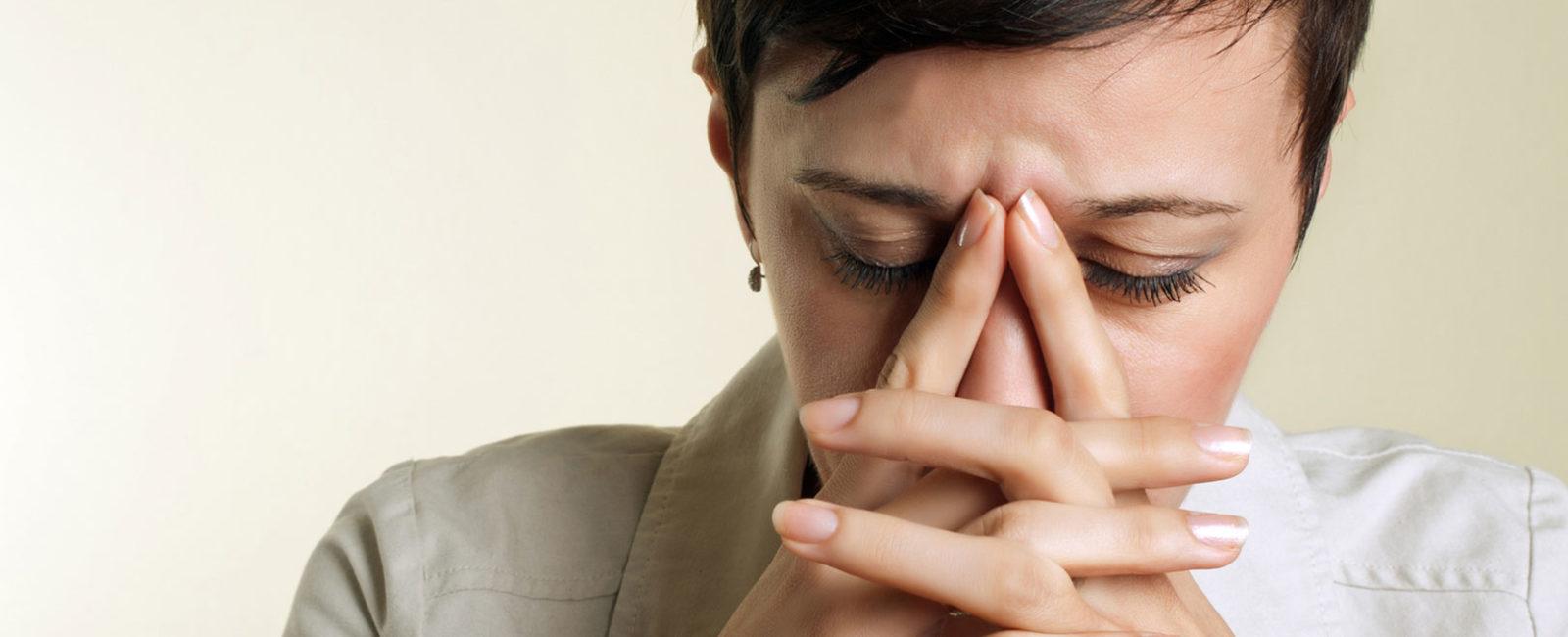 Frau mit gestresstem Darm und Stressbauch