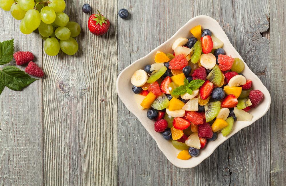 Leckerer Obstsalat mit frischen Früchten