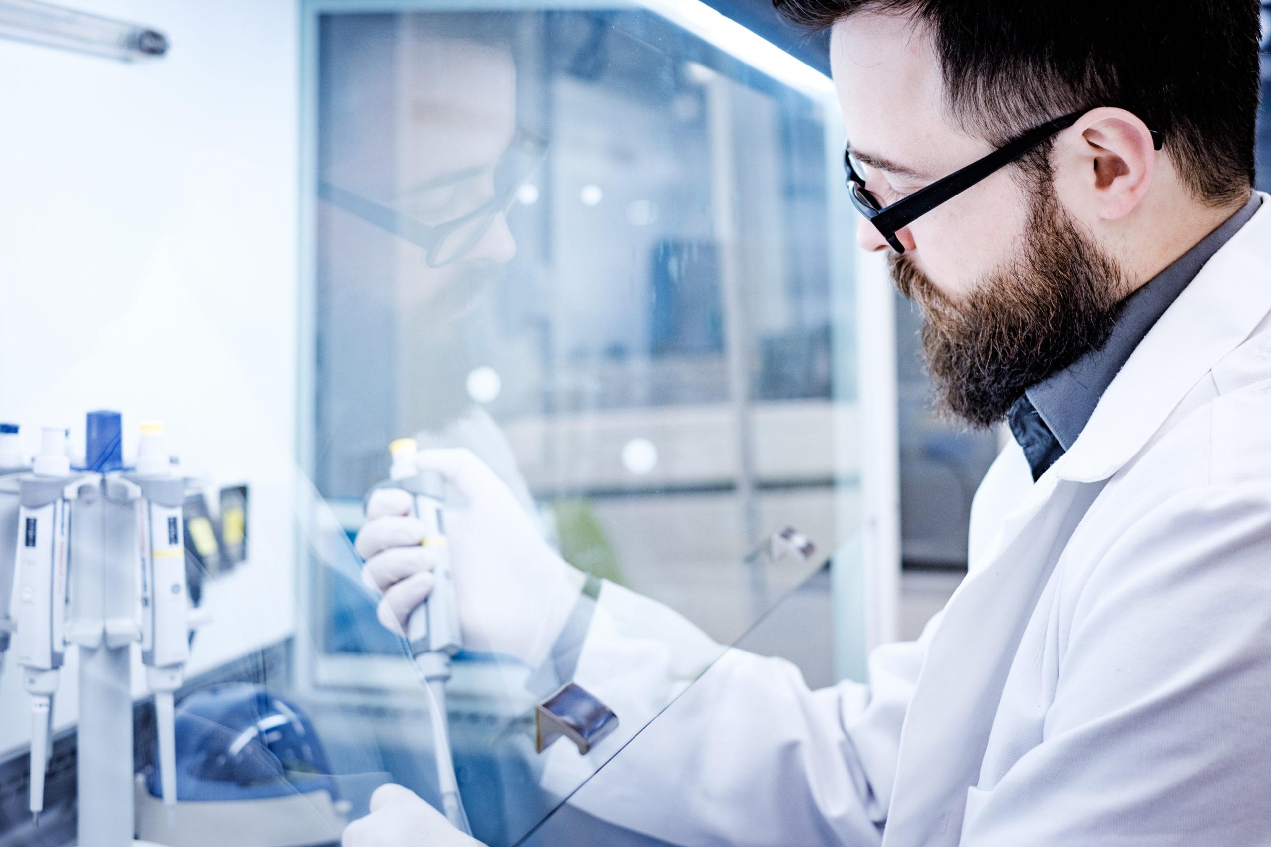 BIOMES Wissenschaftler mit Kittel im Labor