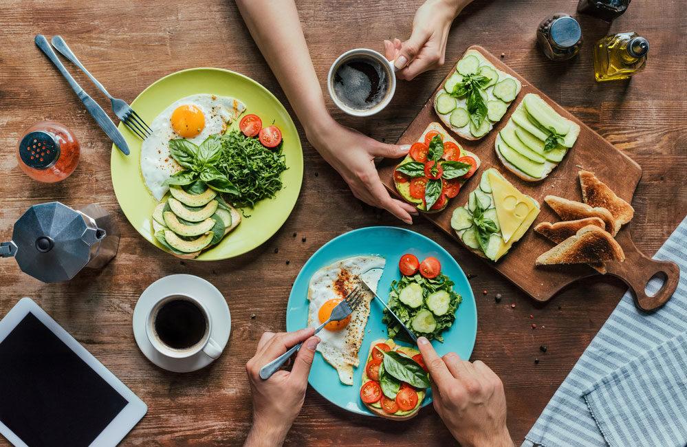 Paar frühstückt, gesundes essen
